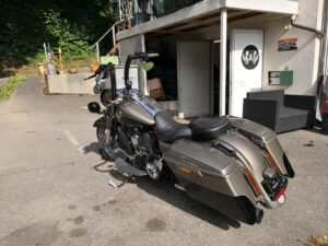 Harley-Davidson-FLHRCSE-CVO-Road-King-2-Zoll-Burleigh-Ape