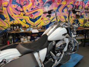 Harley-Davidson FLHRC mit PaulYaffe Monkey Ape und BigWheel
