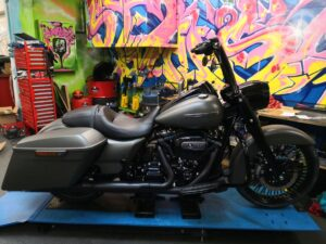 Harley-Davidson FLHRXS Umbau Burleigh Highball BigWheel